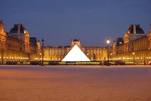 Un exemple d'espace trouvé : le Louvre obscurci par sa Pyramide